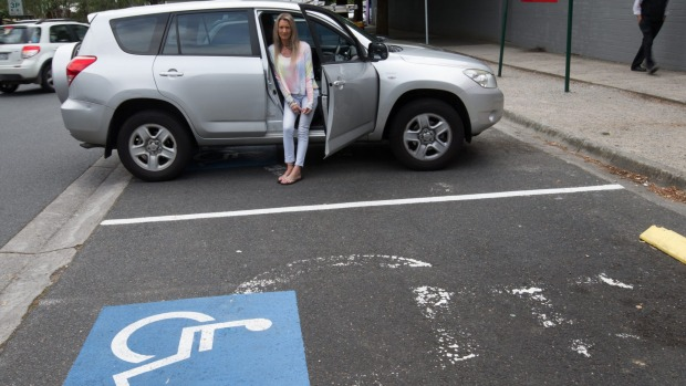 """Dejaron una nota en su auto """"¿Olvidaste tu silla de ruedas?"""" Su respuesta se ha vuelto viral"""