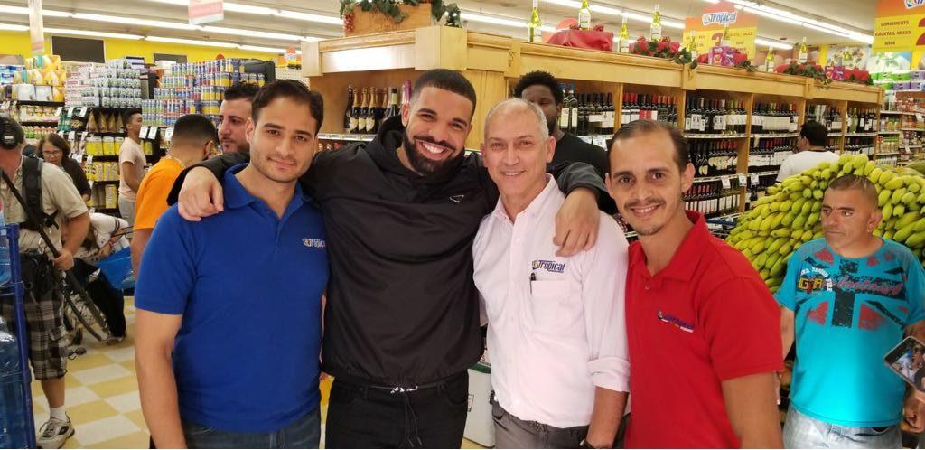 Jose Hernandez junto a Drake